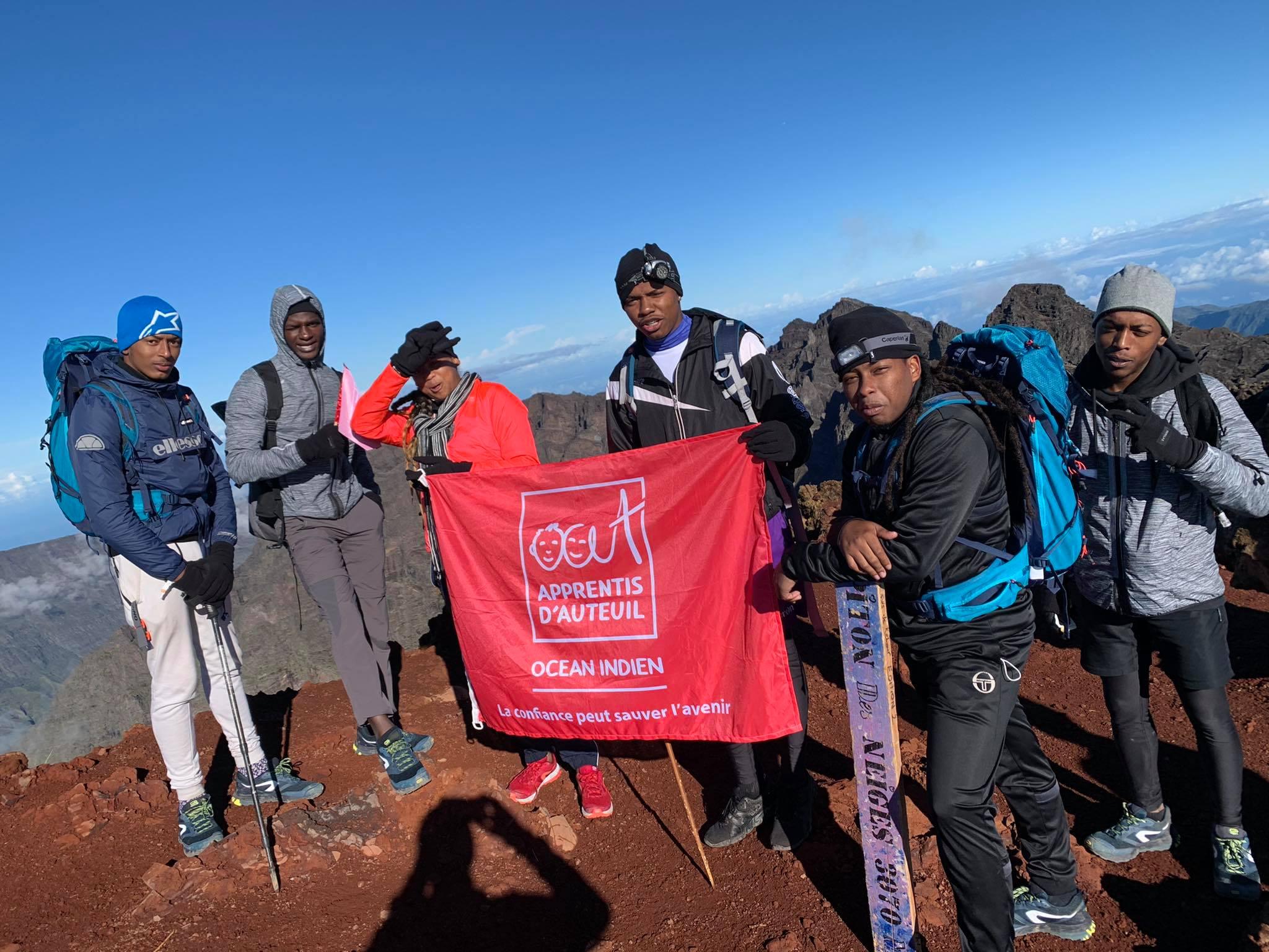 Les jeunes heureux d'être arrivés au sommet