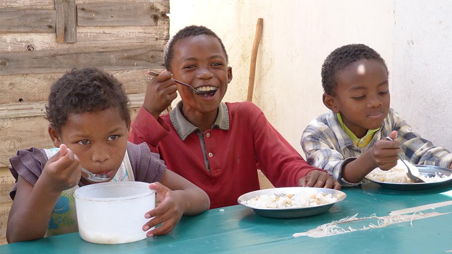enfants qui se nourissent