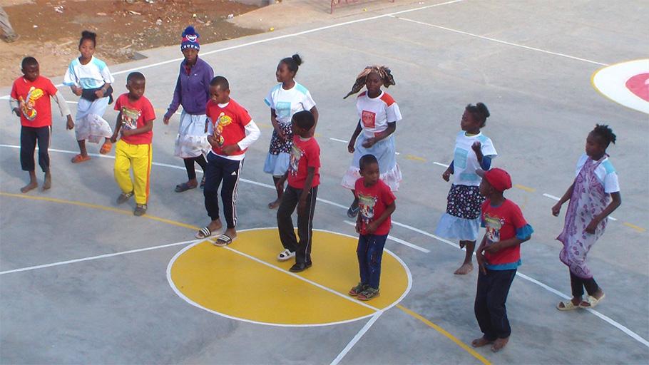 danse dans une cour d'école