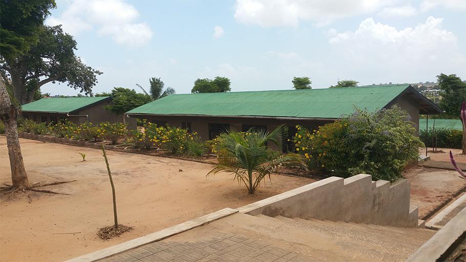 Vue de la cour et des bâtiments scolaires