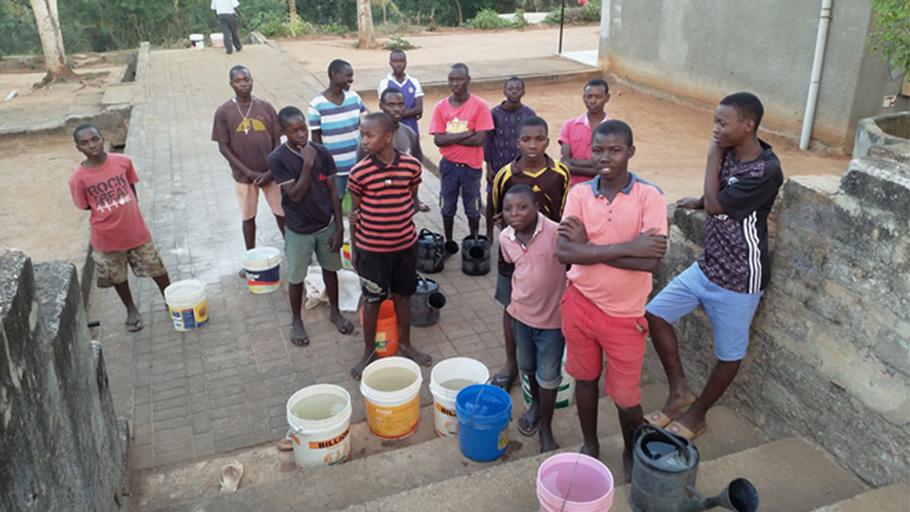 Les garçons du centre, après avoir été cherché l'eau pour les tâches ménagères